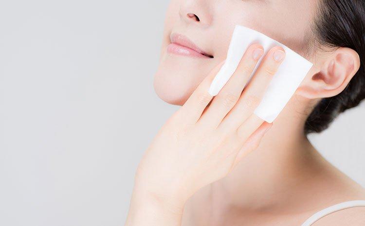 用化妝棉擦臉的照片