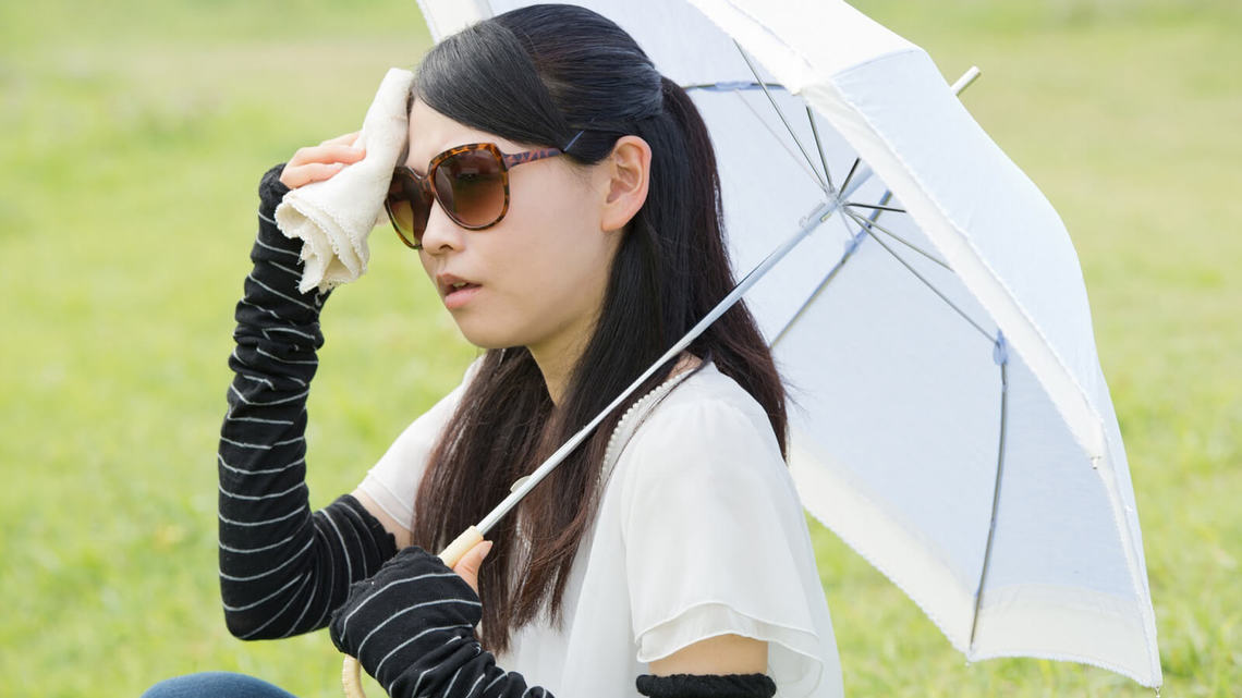 撐洋傘的女性的圖片
