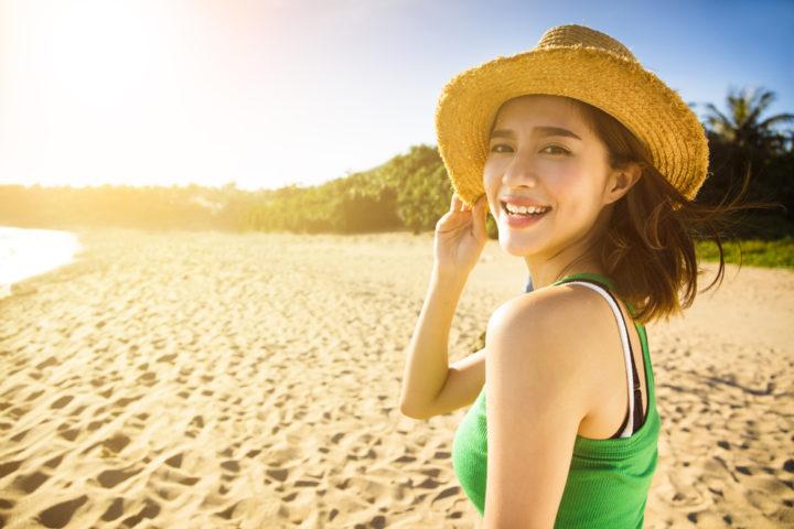 女性在沙灘上的示意圖