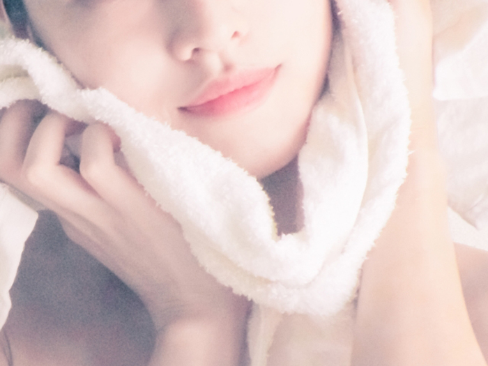將熱毛巾敷在臉上