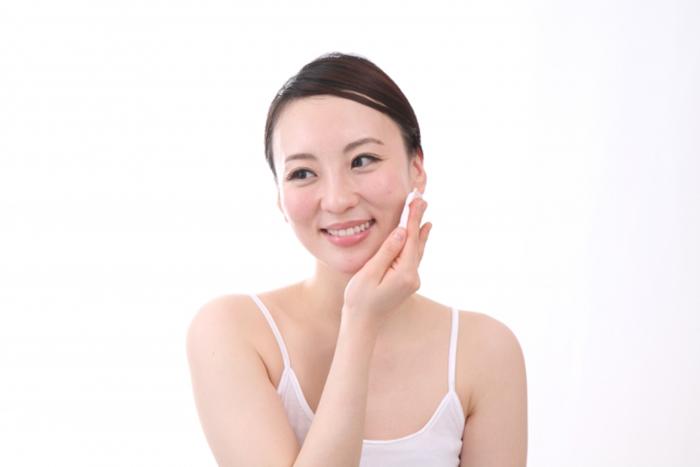 使用化妝棉擦化妝水